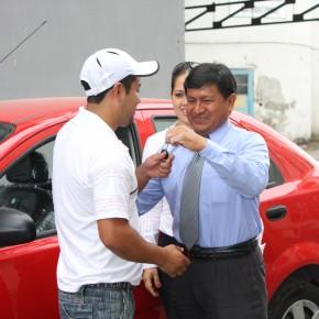 Gustavo Cristobal, Subgerente administrativo de Industrial Molinera, le entrega las llaves del carro a Christian Yugcha Castro.