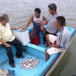 Alvaro Noboa - navegando y dialogando con pescadores