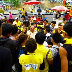 Recibimiento a Alvaro Noboa en la entrada del Estadio Monumental