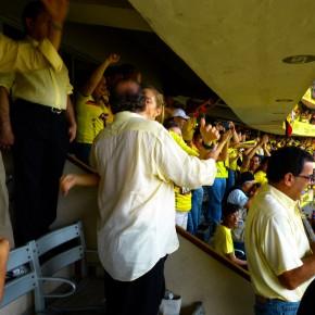 Alvaro Noboa celebrando el gol de Barcelona con su esposa Annabella Azin