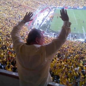 Alvaro Noboa saludando a los hinchas del Barcelona SC en la final del campeonato 2012 - estrella 14