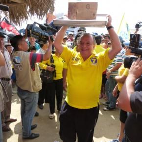 Álvaro Noboa Realiza Recorrido en la Península de Santa Elena Entrega Utensilios para Orlando Reyes dueño de la humilde Panadería