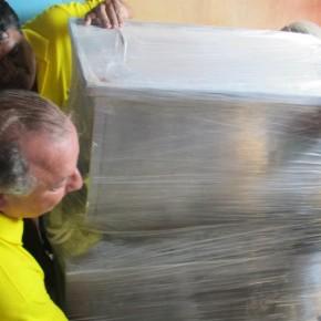 Álvaro Noboa ayuda a cargar la Panificadora Industrial para la Microempresa de Orlindo Reyes