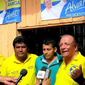 Álvaro Noboa junto a Orlindo Reyes en la Panadería Orli