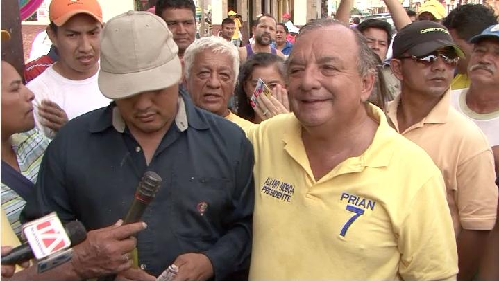 Alvaro Noboa entrega ayuda económica a un no-vidente ecuatoriano para inciar un negocio