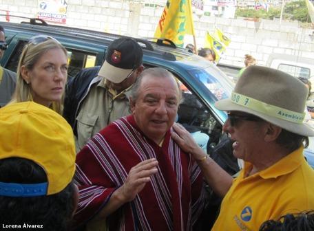 LISTA 7. El binomio del Prian, integrado por Álvaro Noboa y Anabella Azín, visitó Latacunga ayer. Hicieron recorridos y donaciones.