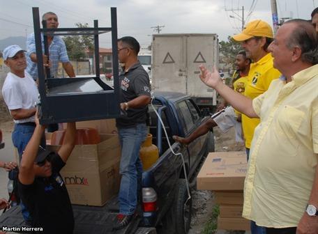LISTA 7. El presidenciable Alvaro Noboa (Prian) visito Flor de Bastion y realizo donativos a una ama de casa