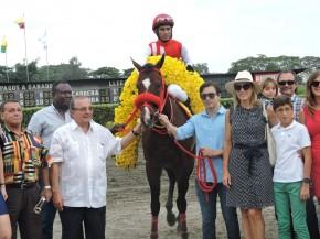 La familia de Álvaro Noboa junto al caballo campeón, Mimo