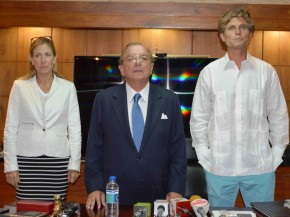 Dr. Annabella Azin Noboa, businessman Álvaro Noboa and Anthony Schriver Kennedy during the press conference.