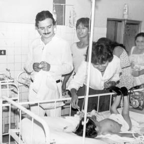 1985 Alvaro Noboa Nueva Humanidad (Visitando el Hospital)