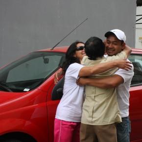 Christian Yugcha es felicitado por su padre, Vicente Yugcha y su amiga Rocio Perez