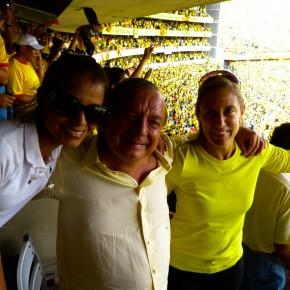 Alvaro Noboa y Annabella Azin celebrando en el estadio monumental