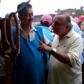 Alvaro Noboa - en un mercado chequeando precios