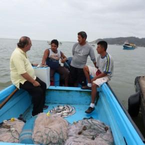 Alvaro Noboa conversando con Pescadores