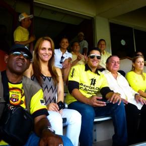 Alvaro Noboa, Annabella Azín, Carlos José Matamoros y Sylka Sánchez en el estadio monumental