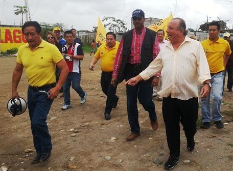 En varios cantones de El Oro, Alvaro Noboa (Prian), insistio el pasado sabado en que las encuestas lo favorecen
