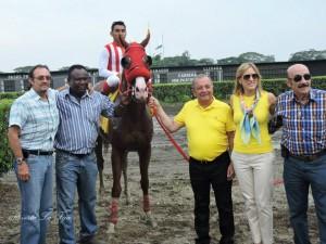Facheng recibió la victoria con la familia Noboa. Foto de revista La Fija.